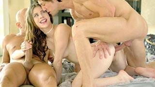 Anya Olsen probando la doble penetración por primera vez