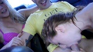 Novinhas fazendo boquete no carro