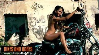Isabella Chrystin posando ao lado de uma Harley