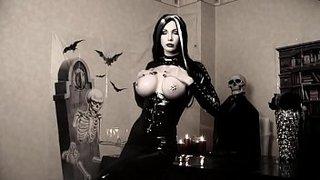 A peituda Susan Wayland mostrando sua fantasia de Halloween