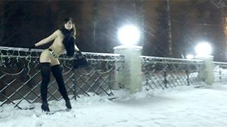 A modelo russa Jeny Smith andando nua pelas ruas de Moscou