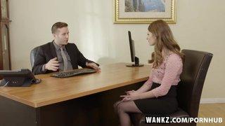 A ruivinha Alice March transando durante uma entrevista