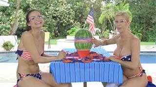 Duas gostosas brincando com uma melancia
