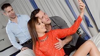 O marido de Cindy Carson dividindo a esposa com um amigo