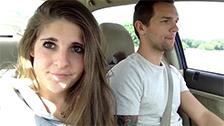Namorada pagando boquete no carro