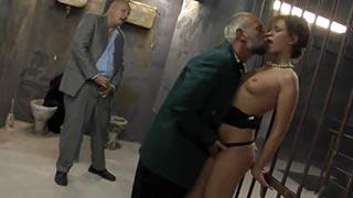 Dois velhos fodendo a cafetina na prisão