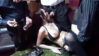 A putinha Claudia Adams fodendo em um clube noturno