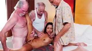 Três velhos transando com a novinha latina